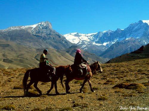 Annapurna trail - Pilgrims in Kaly Gandaki Valley