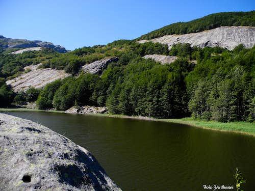 Rounded rocks around Lago Gemio Superiore (Upper Twin Lake), Appennino Parmense