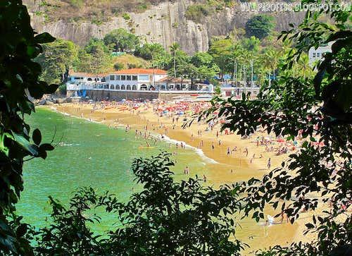 Urca beach (Praia Vermelha) as seen from the trailhead of Morro da Urca (Urca Hill)