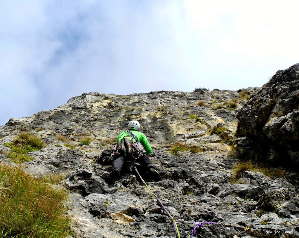 Below the second pitch's steep wall, Ultime Foglie d'Autunno (Torre d'Emmele)