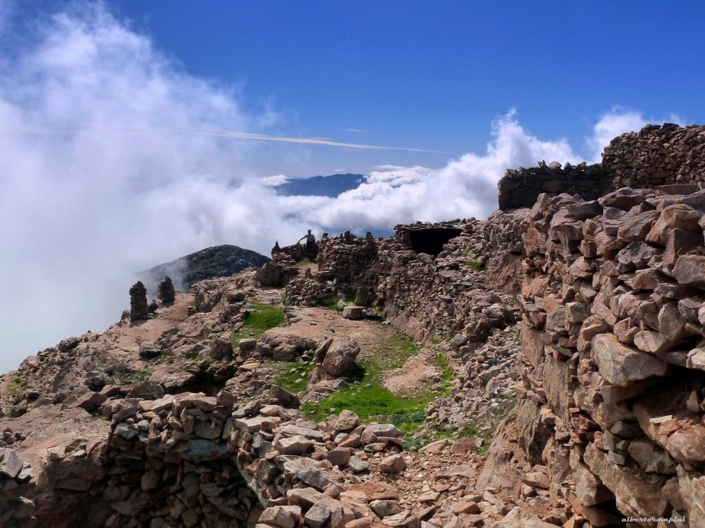 Surprising ancient stones'buildings on the summit of Jebel el Kest
