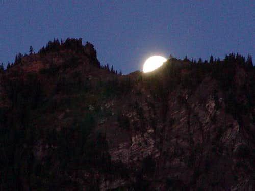 Moon over Beachie
