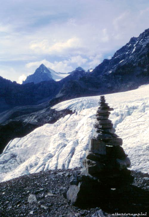 A cairn near the starting of the glacier