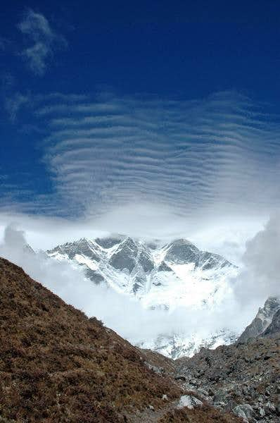 High noon scenery of Lhotse...