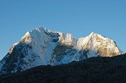 Peaks west of Lobuche Pass...