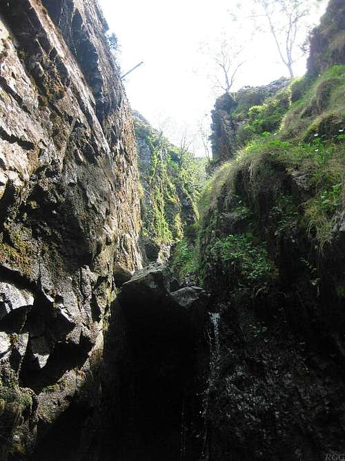 An obstacle in the upper canyon in the Grains Gill