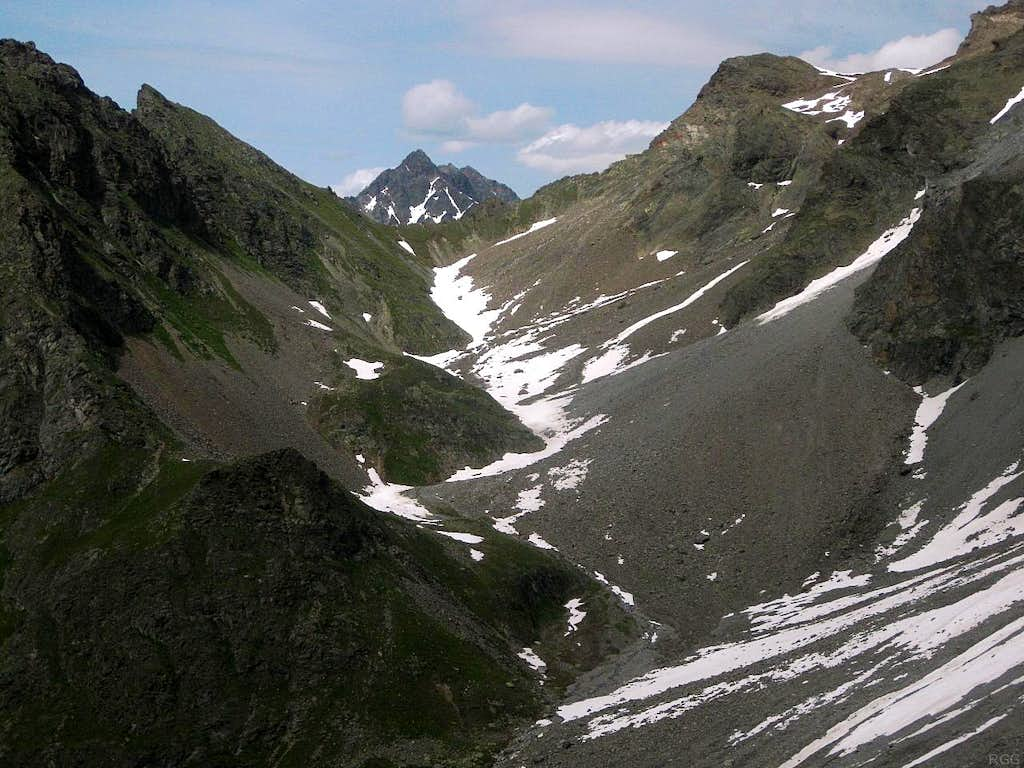 Looking back from Gahwinden to the Kapuzinerjoch, with Felderkogel (3071m) sticking out above