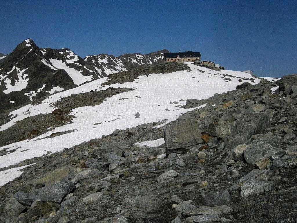 Looking back at the Braunschweiger Hütte, with Grabkogel (3054m) and Mittagskogel (3159m) behind