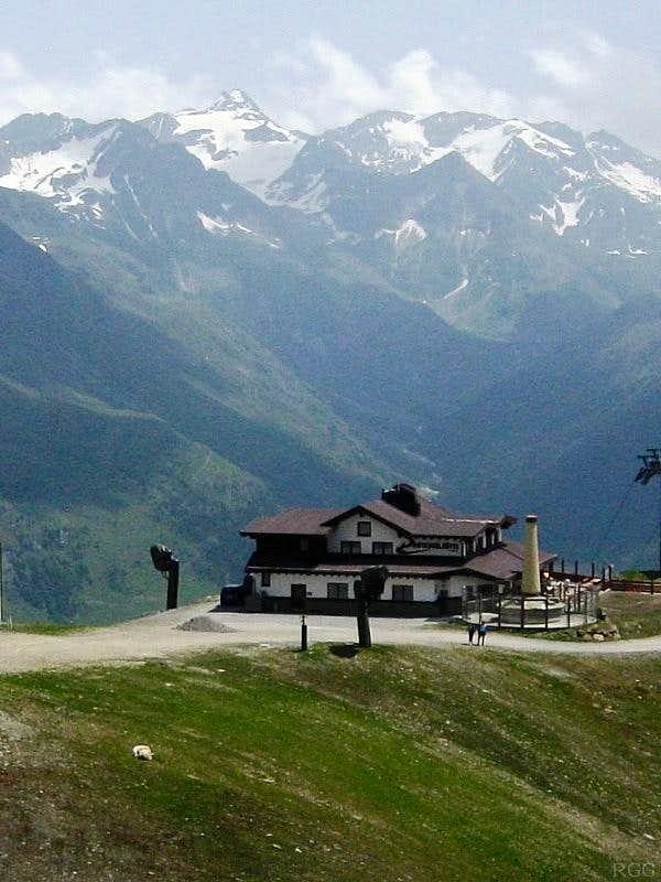 Rotkogeljochhütte against the backdrop of the Stubaier Alps