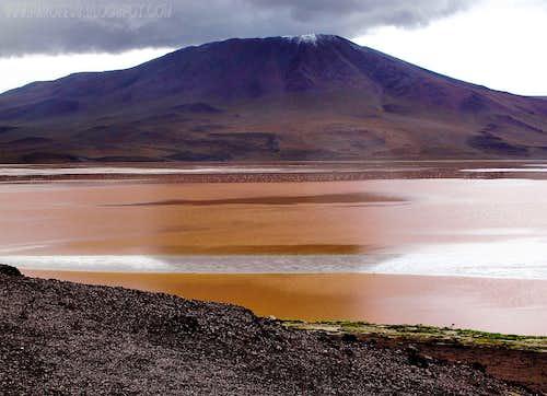 Laguna Colorada and a 5200m volcano