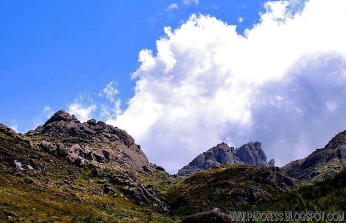 Pedra Assentada (left) and Prateleiras Peak (right)
