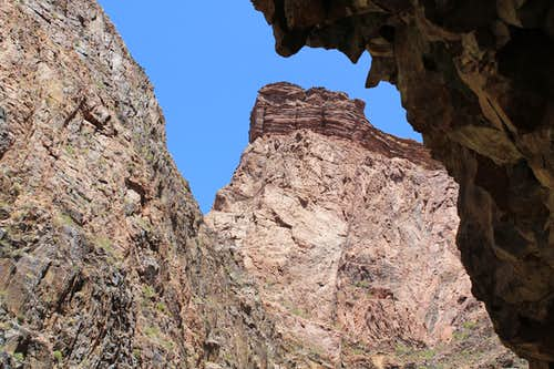 Rocky Overhang in narrows on North Kaibab Trail north of Phantom Ranch