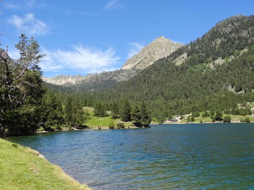 The emerald waters of Lac de l'Oule