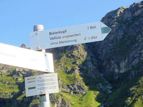 Dangerously misleading sign at the trailhead to Bielerspitze and Vallüla