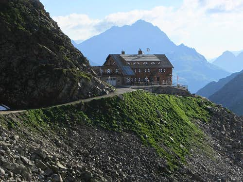 Saarbrücker Hütte in the morning, with a distant Vallüla looming behind