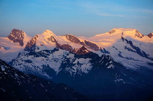 Alpenglow on Rimpfischhorn (4199m / 13776ft)