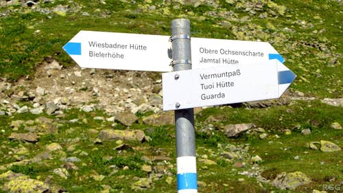 Sign post at the trail junction just south of the Wiesbadener Hütte