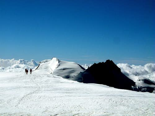 Parties coming from Alphubeljoch on the summit plateau