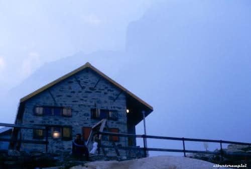 Foggy sunset over impressive walls near Pontese Hut