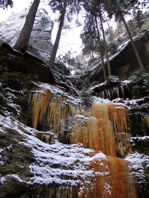 Red-coloured icicles above the Polenztal valley