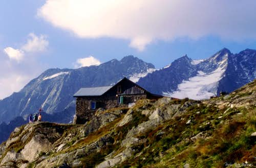 The shelter (Rifugio Brigata Tridentina) in the evening light