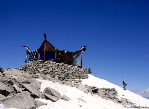 Getting Galdhopiggen little summit shelter