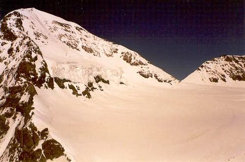 On the left, Mönch (4,099 m /...