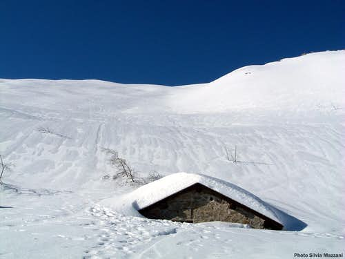 The Schiaffino shelter almost buried by the snow