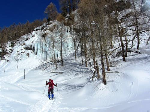 During the afternoon, the sun comes around to shine on the icefalls at La Gouille: time to leave