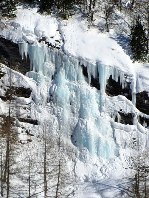 Zooming in on the icefall right next to of the main one La Gouille