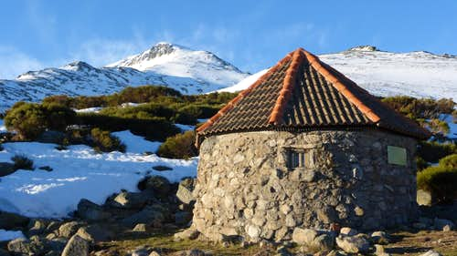 Cervunal hut (refugio/cabaña del Cervunal) and Cabeza Nevada north face in the background