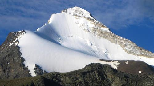 Zooming in on the top of the Brunegghorn north face from the Topalihütte