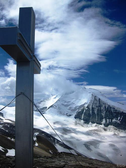 Üssers Barrhorn summit cross, with the Bishorn NE face in the background
