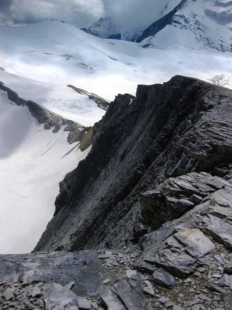 View along the Schöllihorn south ridge and steep east face