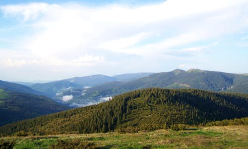 The valley of Draƒgan with Buteasa (1792 m)