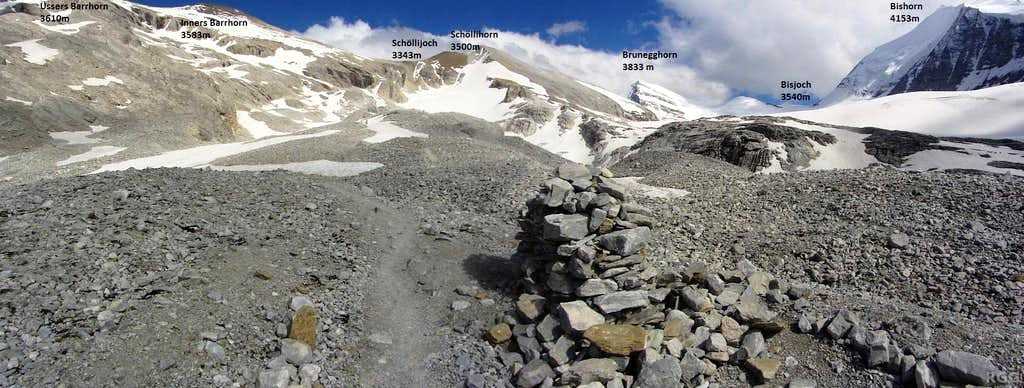 Annotated panorama of the trail junction: for Schöllijoch and Barrhorn follow the main trail, for the Brunegg Glacier take the smaller side trail to the right
