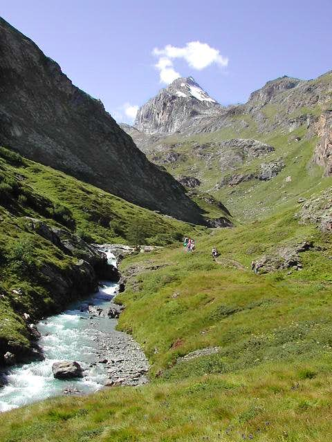 Idyllic pathway towards Benevolo Hut, <br>at the foot of Granta Parei