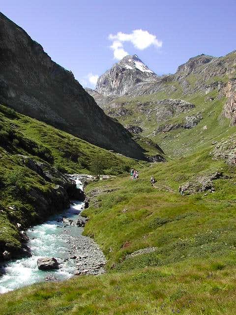 Idyllic pathway towards Benevolo Hut, <br>at the foot of Granta Parei