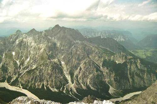 The massif of Hochkalter seen...