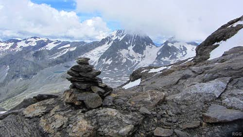 A big cairn marking the route on the north ridge of Schneebiger Nock