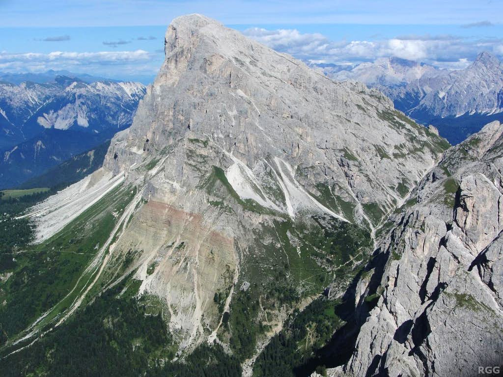 Zooming in on Peitlerkofel from the summit of Tullen