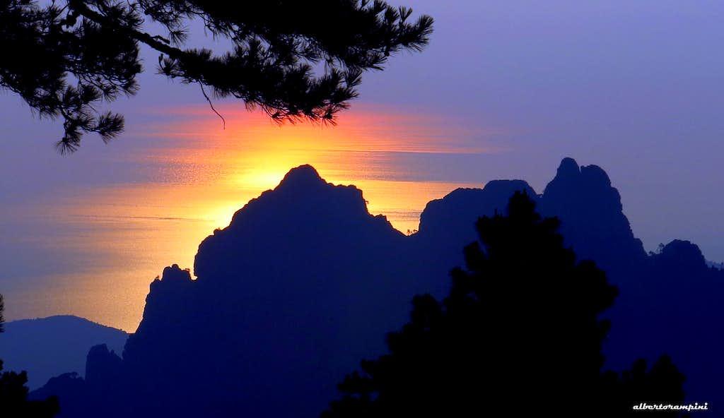 Dawn at Col de Bavella - Sun mirroring on the sea