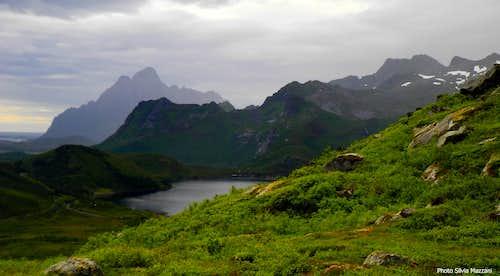 Stor-Kongsvatnet and Vagakallen in background