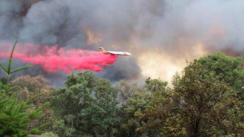 A DC 9 makes a drop on the Valley Fire