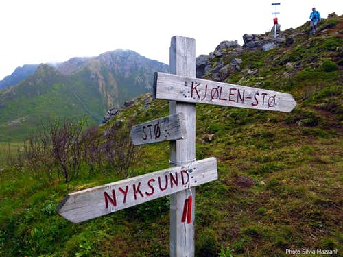 Dronningruta, signposts on the col above Niksund