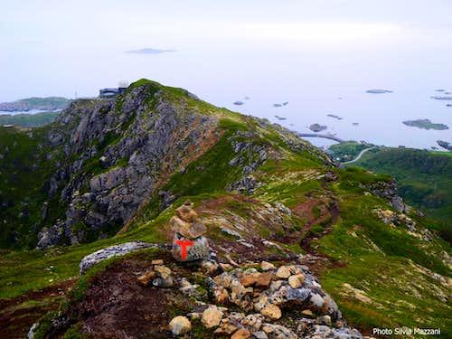 Kvalaksla summit ridge above Stø