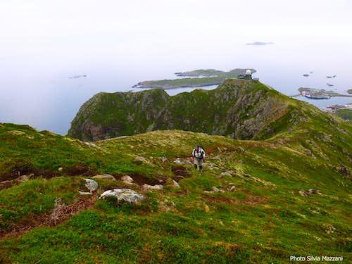 Dronningruta, walking up Kvalaksla summit ridge above Stø