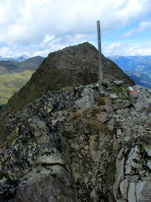 Route markers on the Zehner south ridge