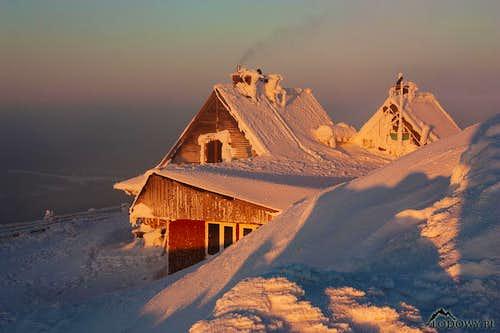 Wetlinska summit refuge at sunrise