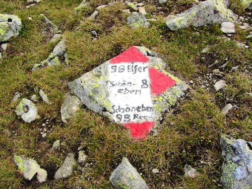 Route marker at the trail junction between Elferspitz and Zehnerkopf